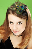 Donna con le piume del pavone Fotografia Stock