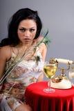 Donna con le piume del pavone fotografie stock libere da diritti