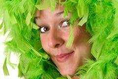 Donna con le piume verdi immagine stock