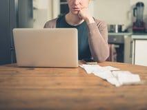 Donna con le ricevute ed il computer portatile Fotografia Stock Libera da Diritti