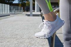Donna con le scarpe da corsa prima dell'allenamento urbano Fotografia Stock Libera da Diritti