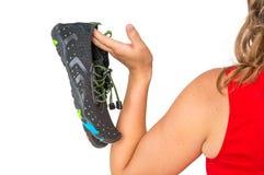 Donna con le scarpe scalze sopra la spalla immagini stock libere da diritti