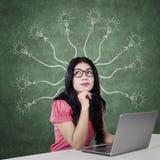 Donna con le soluzioni di pensiero del computer portatile Fotografie Stock Libere da Diritti