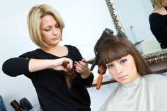 Donna con le spazzole in suoi capelli Immagini Stock