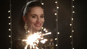 Donna con le stelle filante e un vetro di champagne archivi video
