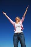 Donna con le sue braccia spalancate Fotografie Stock Libere da Diritti