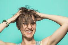 Donna con le sue mani su lei capa, innestando i suoi capelli fotografie stock libere da diritti