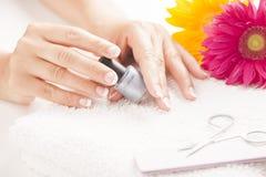 Donna con le unghie dipinte buone Fotografie Stock Libere da Diritti