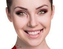 Donna con le zanne del vampiro fotografia stock