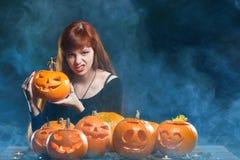 Donna con le zucche di Halloween immagini stock