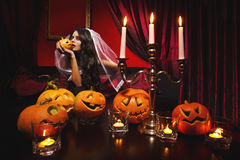 Donna con le zucche di Halloween Immagine Stock Libera da Diritti