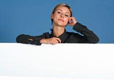 Donna con lo schermo bianco fotografia stock