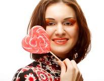Donna con lo schiocco del lecca lecca del cuore Fotografia Stock Libera da Diritti