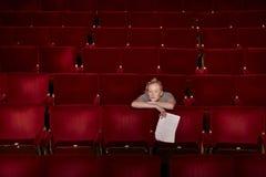 Donna con lo scritto alla stalla del teatro Immagini Stock
