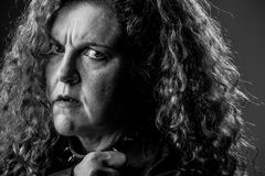 Donna con lo sguardo di dubbio fotografia stock libera da diritti