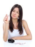 Donna con lo sguardo di emicrania sui ridurre in pani della medicina delle pillole Fotografia Stock