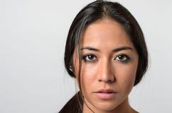 Donna con lo sguardo fisso in bianco serio Fotografia Stock Libera da Diritti