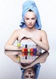 Donna con lo smalto per unghie Fotografia Stock