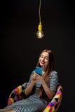 Donna con lo Smart Phone che ha idea Fotografia Stock