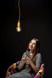 Donna con lo Smart Phone che ha idea Immagini Stock