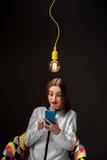 Donna con lo Smart Phone che ha idea Fotografia Stock Libera da Diritti