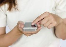 Donna con lo smartphone Fotografia Stock Libera da Diritti