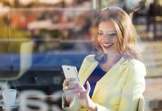 Donna con lo smartphone Fotografia Stock