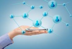 Donna con lo smartphone ed i contatti virtuali immagine stock libera da diritti