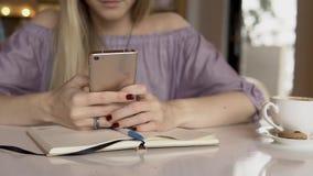 Donna con lo smartphone Fine in su stock footage