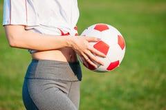 Donna con lo spazio della copia del pallone da calcio Primo piano Concetto della partita di football americano immagini stock