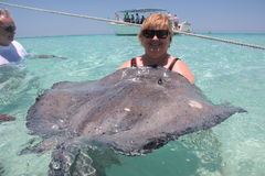Donna con lo stingray Immagini Stock