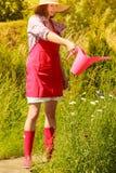 Donna con lo strumento di giardinaggio che funziona nella serra Immagine Stock