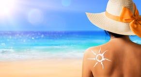 Donna con lozione solare immagine stock