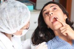 Donna con mal di denti al dentista Immagini Stock