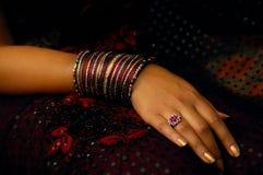 Donna con molti braccialetti Immagini Stock Libere da Diritti