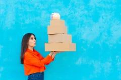 Donna con molti pacchetti delle scatole di cartone ricevuti da servizio di distribuzione Immagini Stock Libere da Diritti