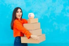 Donna con molti pacchetti delle scatole di cartone ricevuti da servizio di distribuzione Immagine Stock