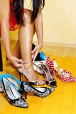Donna con molti pattini da scegliere da Immagini Stock