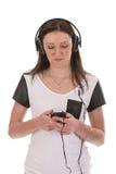 Donna con musica d'ascolto della cuffia Immagine Stock