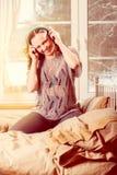 Donna con musica d'ascolto delle cuffie Fotografia Stock