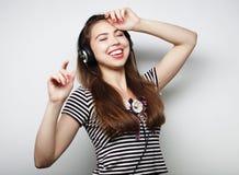 Donna con musica d'ascolto delle cuffie Agains di dancing della ragazza di musica Fotografie Stock