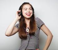 Donna con musica d'ascolto delle cuffie Agains di dancing della ragazza di musica Immagine Stock Libera da Diritti