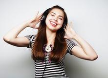 Donna con musica d'ascolto delle cuffie Agains di dancing della ragazza di musica Fotografia Stock Libera da Diritti