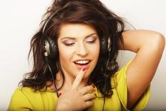 Donna con musica d'ascolto delle cuffie Dancing della ragazza di musica contro il fondo bianco Immagini Stock