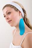 Donna con nastro adesivo blu di cinesiologia sul collo. Immagine Stock
