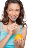 Donna con paglia e l'arancio Fotografie Stock Libere da Diritti
