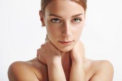 Donna con pelle ideale che esamina macchina fotografica Fotografie Stock Libere da Diritti