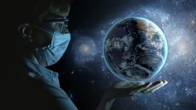 Donna con pianeta Terra a disposizione Vista dello spazio archivi video