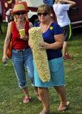Donna con popcorn enorme al festival Fotografia Stock