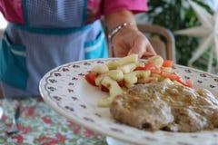 Donna con pranzare del piatto Fotografia Stock
